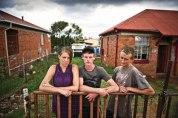 """Petro Rich (23), Lourens de Lange (22) en Chrisjan Havenga (23) is drie van Jan Hofmeyr se jonger inwoners. """"Dis oukei,"""" sê Lourens. """"Jy kan nie meer alleen loop nie, hier's dronk mense. Maar dis lekker om hier te bly."""" Petro voeg by: """"Dis nog nie so bad nie."""""""